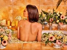 Kvinna på den lyxiga brunnsorten Royaltyfri Foto