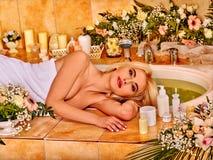 Kvinna på den lyxiga brunnsorten Royaltyfria Foton