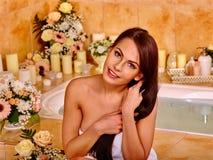 Kvinna på den lyxiga brunnsorten Royaltyfri Bild