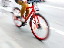 Kvinna på den röda cykeln Royaltyfri Fotografi