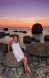 Kvinna på den steniga kusten av nordligt Ã-land Royaltyfri Bild