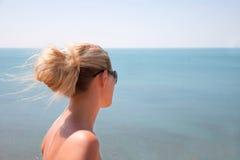 Kvinna på den tropiska stranden Royaltyfri Bild
