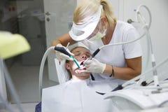 Kvinna på det tand- kontoret royaltyfria foton