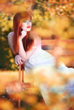 Kvinna på en bänk Royaltyfria Bilder