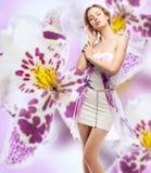 Kvinna på en blom- bakgrund Arkivbild