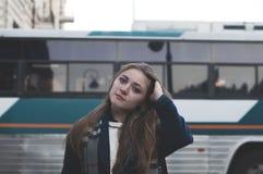 Kvinna på en bussstation Arkivbilder