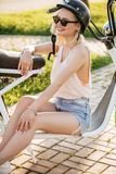 Kvinna på en cykel i staden på en solig dag royaltyfri foto