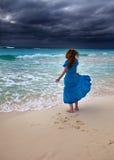 Kvinna på en havkust, storm royaltyfri foto