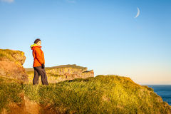 Kvinna på en klippa Arkivfoto