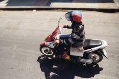 Kvinna på en motorcykel Royaltyfri Bild