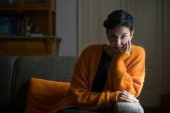 Kvinna på en sofa royaltyfri bild