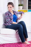 Kvinna på en soffa fotografering för bildbyråer