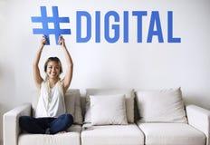 Kvinna på en soffa som rymmer ett ord arkivbilder