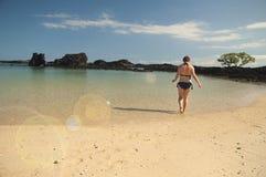 Kvinna på en strand Fotografering för Bildbyråer