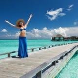 Kvinna på en strandbrygga på Maldiverna Arkivfoton