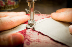 Kvinna på en symaskin - två händer Arkivbild