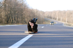 Kvinna på en väg Fotografering för Bildbyråer