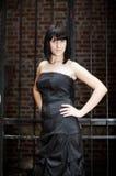 Kvinna på ett bakgrundsraster Royaltyfri Foto