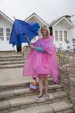Kvinna på ett ferieläge som öppnar ett paraply royaltyfri fotografi