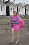 Kvinna på ett ferieläge som bär ett paraply arkivbilder
