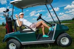 Kvinna på ett golffält Arkivbild