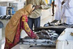 Kvinna på fishmarket i Oman Royaltyfri Foto