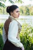 Kvinna på flodbanken arkivfoton