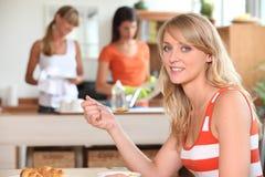 Kvinna på frukosten royaltyfria foton
