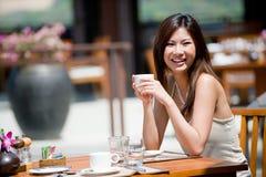 Kvinna på frukosten royaltyfria bilder