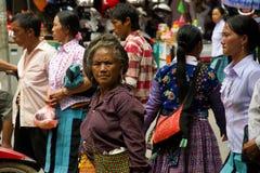 Kvinna på gatan under förälskelsemarknadsfestival i Vietnam Fotografering för Bildbyråer