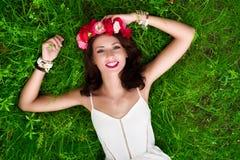 Kvinna på gräs Arkivfoton
