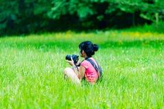 Kvinna på gräset Arkivfoto
