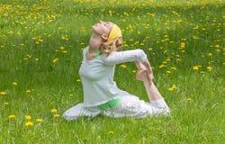 Kvinna på gräset som gör yoga Royaltyfria Foton