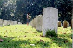 Kvinna på graven för ` s för okänd soldat med gula blommor arkivbild