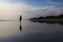 Kvinna på härlig strand Royaltyfri Bild