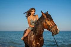 Kvinna på häst Arkivbild