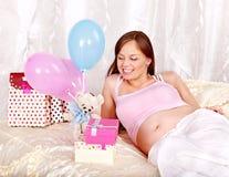 Kvinna på henne baby shower. Arkivfoto