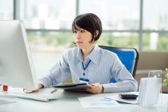 Kvinna på hennes arbetsplats Arkivfoton