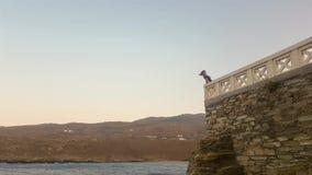 Kvinna på hennes semester på den Andros ön i Grekland som ser den hisnande sikten stock video
