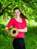 Kvinna på hennes väg till yogagrupp Arkivbilder