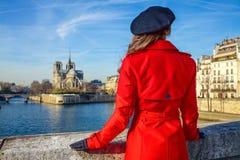 Kvinna på invallning nära Notre Dame de Paris i Paris, Frankrike Arkivfoto