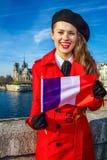 Kvinna på invallning nära Notre Dame de Paris visningflagga Royaltyfri Foto