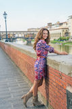 Kvinna på invallning nära pontevecchio i florence Royaltyfri Foto