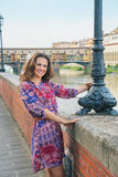 Kvinna på invallning nära pontevecchio i florence Arkivfoton