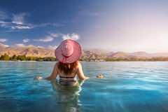 Kvinna på Issyk Kul sjön royaltyfria foton