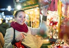 Kvinna på jul som är ganska i afton arkivbild