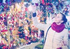 Kvinna på jul som är ganska i afton arkivbilder