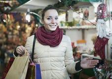 Kvinna på jul som är ganska i afton arkivfoton