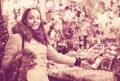 Kvinna på jul som är ganska i afton royaltyfri fotografi