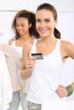 Kvinna på köp som betalas av kreditkorten Arkivfoto